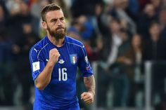 Italy's midfielder Daniele De Rossi celebrates after scoring a penalty during the WC 2018 football qualification match between Italy and Spain on October 6, 2016 at the Juventus stadium in Turin / AFP / GIUSEPPE CACACE