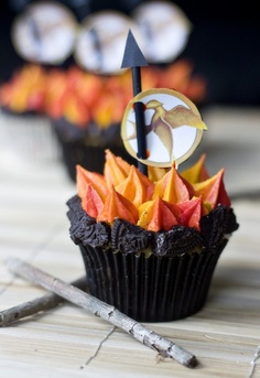 I love themed Cupcakes. These Hunger Games Cupcakes look great. Hunger Games Party, The Hunger Games, Hunger Games Cake, Hunger Games Movies, Hunger Games Trilogy, Gateaux Cake, Catching Fire, Food Humor, Let Them Eat Cake