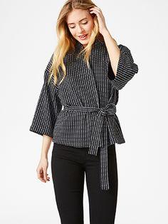Myk komfort er kombinert med stilig eleganse i denne korte kimonojakken. Det mønsterstrikkede jerseystoffet i svarthvitt gir plagget et moteriktig og moderne preg.