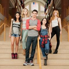 Still of Mae Whitman, Robbie Amell and Bella Thorne in The DUFF (2015)