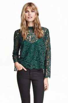 This green gently flared blouse in lace comes with a low stand-up collar, an opening with a concealed button at the back of the neck and long trumpet sleeves. A jersey cami is sewn into the inside of the blouse. Blouse H&m, Shirt Blouses, Trendy Outfits, Summer Outfits, Green Lace, Fashion Company, Lace Tops, Capsule Wardrobe, Everyday Fashion