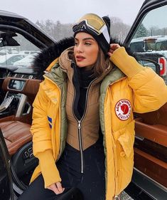 Winter Mode Outfits, Winter Fashion Outfits, Fasion, Ski Outfits, Winter Looks, Yellow Puffer Jacket, Montana, Snowboarding Style, Snow Outfit