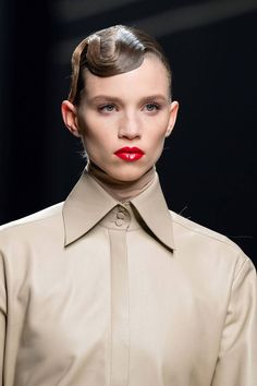 Fendi Fall 2019 Ready-to-Wear Fashion Show Details: See detail photos for Fendi Fall 2019 Ready-to-Wear collection. Look 28 New York To Paris, Black Lashes, Spiral Curls, Model Street Style, Style Snaps, Best Model, Beauty Trends, Hair Trends, Fendi
