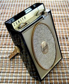 ZENITH ROYAL - Focusing on the design of pocket transistor radios manufactured during the & Vintage Records, Vintage Keys, Vintage Tv, Vintage Music, Pocket Radio, Old Time Radio, Retro Radios, Antique Radio, Transistor Radio