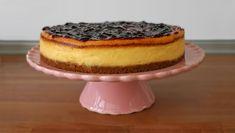 Receta de tarta de queso al horno muy fácil de hacer. Deliciosa receta de tarta de queso decorada con mermelada de arándanos.