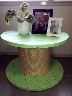 Wooden spools are ideal to be converted into coffee tables. You can play with your creative imagination and aesthetic instincts to adorn such projects. You can be innovative and playful. The coffee table in picture is painted in fresh green color and the leg of the coffee table has been all covered with jute rope. The look is all rustic and natural.