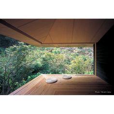 緑の豊かな裏庭へと全面開放されたゲストハウスです。屋根も床も跳ね出して、まるで浮いている様に見えます。