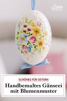 Sabina Höllwarth zaubert von Hand in ihrer kleinen Werkstatt im Salzkammergut ein aufwändiges Blumenmuster auf ein großes natürliches Gänseei.
