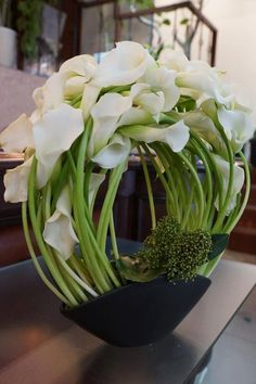 I've grown calla lilies in zone 6 as perennials so I know I can grow them in zone Contemporary Flower Arrangements, Tropical Flower Arrangements, Orchid Arrangements, Estilo Floral, Arte Floral, Exotic Flowers, Amazing Flowers, Modern Floral Design, Table Flowers