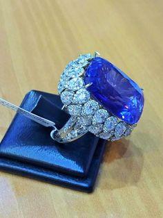 Natural Kashmir Sapphire 35 Carats - Gubelin estimate at $5,500,000 Sapphire Jewelry, Diamond Jewelry, Blue Sapphire Rings, Gold Jewelry, Sapphire Diamond, High Jewelry, Jewelry Art, Jewelery, Diamond Rings