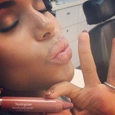 Kerry Washington wears Neutrogena Neutrogena MoistureSmooth Color Stick in…