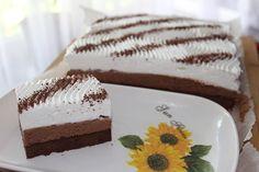 Vynikající řezy s příchutí kávy. Na vrchu vyšlehaná šlehačka a ozdobená strouhanou čokoládou. Autor: Kvietok278