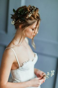 (Foto 13 de 15) Recogido con mechones sueltos y aplique de flores naturales en la parte posterior, Galeria de fotos de 15 peinados de novia bohemios