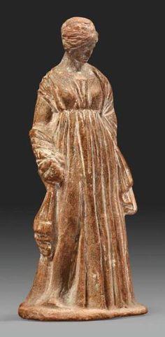 Statuette de jeune femme de type tanagréen. Elle est debout, vêtue d'un - Société de ventes aux enchères Paris Drouot - Auction House for fine art and antiques