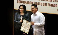 Recibiendo la constancia de mayoría, como gobernador electo de Campeche.
