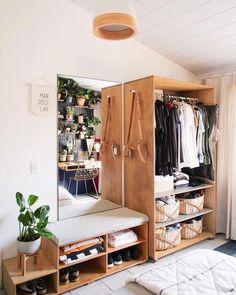 recamara con mesa y closet de madera repleto de ropa Home Bedroom, Bedroom Decor, Bedroom Ideas, Bedroom Furniture, Mirror Furniture, No Closet Bedroom, Wardrobe Small Bedroom, Master Bedroom, Bedroom Boys