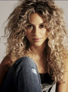 Shakira blond w/dark roots big curly hair. I love shakira! Big Curly Hair, Wavy Hair, Curly Hair Styles, Natural Hair Styles, Big Hair Curls, Blonde Curls, Frizzy Hair, Long Curly, Middle Part Curly Hair