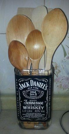 Gifts diy man jack daniels 50 ideas for 2019 Whiskey Bottle Crafts, Glass Bottle Crafts, Diy Bottle, Bottle Art, Bottle Lamps, Beer Bottle, Alcohol Bottles, Recycled Bottles, Bottles And Jars
