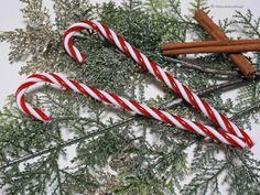 Künstliche Zuckerstange - Echt wirkende Zuckerstange aus leichtem Kunststoff in rot / weiß. Durch das goldene Bändchen (leicht abnehmbar) auch als Baumschmuck verwendbar. Ob als kleine Dekoakzente für ihren Weihnachtsbaum oder als Zierobjekt bei Dekorationen – diese Zuckerstangen sind in der Weihnachtsdeko unverzichtbar.  Länge: ca. 18cm