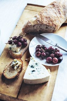 Roasted grape and olive crostini with blue cheese, inspired by Smitten kitchen. Meat And Cheese, Cheese Bread, Blue Cheese, Artesian Bread, Olives, Good Food, Yummy Food, Smitten Kitchen, Cheese Platters