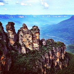 three sisters + the blue mountains [view from echo point] Blue Mountain, Mountain View, Three Sisters, Places To See, Monument Valley, Mountains, Instagram Posts, Nature, Travel