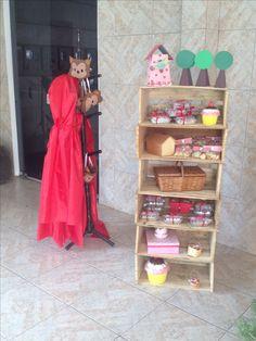 Armário de caixotes, capas para as meninas e máscara de lobo mau para os meninos!