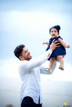 Allu Arjun shared a pic of his duaghter Arha and we can't stop gushing. - Allu Arjun shared a picture of his daughter Arha and we can't stop gushing about her! Bollywood Posters, Bollywood Actors, Actor Picture, Actor Photo, Dads Little Girl, Allu Arjun Hairstyle, Sneha Reddy, New Photos Hd, Dj Movie