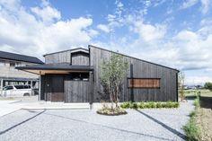 平屋のような2階建て 33坪の実用サイズ 落ち着いた大人の佇まいを生む灰黒色の焼杉板 重量木骨の家 選ばれた工務店と建てる木造注文住宅
