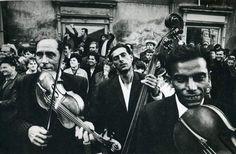 Josef Koudelka es un fotógrafo checo, nacionalizado francés, (nacido en Biskovice, en Moravia, entonces Checoslovaquia, en 1938 y nacionalizado francés) considerado uno de los grandes en la fotografía en blanco y negro, socio de la agencia Magnum y conocido por sus fotografías documentando la vida de los gitanos.