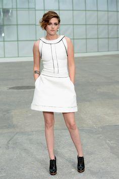 Kristen Stewart en robe Chanel lors du défilé haute couture printemps-été 2015 de la maison durant la fashion week à Paris, le 27 janvier 2015