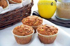 I muffin alle mele e crusca sono dei perfetti dolcetti da colazione. Gustosi, sani e nutrienti, sono l'ideale per cominciare al meglio la giornata. Le mele e la crusca li rendono rustici e umidi al punto giusto e diversi dai soliti muffins.