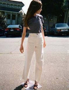 Discover recipes, home ideas, style inspiration and other ideas to try. Wide Pants Outfit, White Jeans Outfit, Casual Jeans, White Wide Leg Pants, Cropped Wide Leg Jeans, Look Casual, White Casual, Casual Summer Outfits, Fashion Outfits