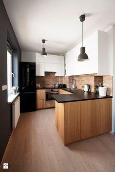 Kuchnia biała, czarny blat, drewniana, mała.