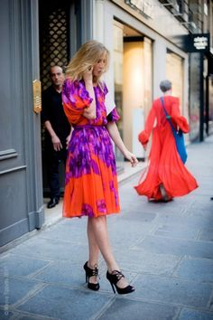 street style- love the colours ans the dress Street Style Chic, Looks Street Style, Look Fashion, Fashion Models, Womens Fashion, Fashion Trends, Fashion Styles, High Fashion, Fashion Designers