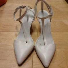 Zara white kitten heels Zara white kitten heels. Used. Price reflects their condition. Size US8, EU39 Zara Shoes Heels