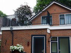 Huis met een plat dak met een #balustrade van gepoedercoat staal. #Balkonhek