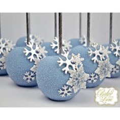 Äpfel Winter Wonderland themed chocolate covered apples for the fabulous and very talented ladies of Christmas Cake Pops, Christmas Candy, Christmas Desserts, Christmas Treats, Christmas Decor, Frozen Themed Birthday Party, Frozen Party, Chocolate Covered Apples, Caramel Apples