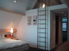 plafond open laten, tussen beide kamers een klein zoldertje maken voor opslag e.d.