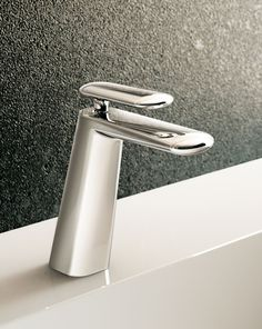 Dynamica 88 wash basin mixers are available with a Tonic jet, with a concealed aerator from which a mixture of water and air flows, or with a Cascade jet that has a full and intense water jet.
