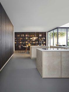 La cuisine se distingue par son bloc en îlot scindé en trois modules : préparation, lavage et cuisson, qui peuvent être placés librement. Leicht.