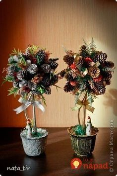 Beautiful trees for the happiness of pine cones and autumn fruits: 17 beautiful inspirations that will please you for months! Christmas Topiary, Pine Cone Christmas Tree, Pallet Christmas Tree, Woodland Christmas, Christmas Centerpieces, Christmas Art, Christmas Wreaths, Christmas Decorations, Pine Cone Art