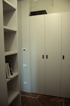 boiserie e armadio laccato bianco, linee moderne, in listellare rivestito m.d.f.