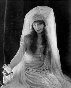 Pictures & Photos of Lillian Gish - IMDb Old Hollywood Movies, Old Hollywood Glamour, Classic Hollywood, Hollywood Icons, Vintage Hollywood, Hollywood Stars, Dorothy Gish, Lillian Gish, Silent Film Stars
