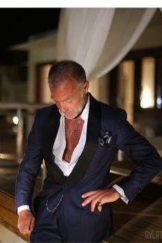 Indossare una camicia aperta sotto un abito elegante #Gianluca Vacchi http://elisascagnetti.com/component/content/article/170