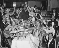 "Nothing says ""Auld Lang Syne"" quite like a vintage photograph. Revel in nostalgia with these vintage photos of ravishing New Year's Eve celebrations. Happy New Year Pictures, New Year Photos, Old Photos, Vintage Party, Vintage Holiday, Black N White Images, Black And White, Auld Lang Syne, Pin Up"