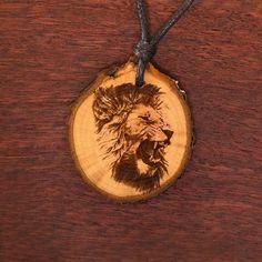 Löwe 2 - Ketten Holzschmuck aus Naturholz / Anhänger Men's Fashion, Abs, Pendant Necklace, Jewelry, Ideas, Pyrography, Chains, Ear Piercings, Handmade