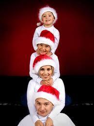 Pueden hacer poses que reflejen algo relacionado a la fecha, como esta familia que está imitando un árbolito.
