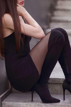 Czarna obcisła sukienka, czarne rajstopy i zamszowe długie kozaki na szpilce | Ari-Maj / Personal blog by Ariadna Majewska