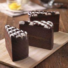 Moist Chocolate Cake Parfait Desserts, Köstliche Desserts, Chocolate Desserts, Delicious Desserts, Yummy Food, Chocolate Cake, Chocolate Dreams, Frosting Recipes, Cake Recipes