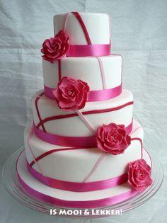 Bruidstaart 4 lagen met roze linten en rozen